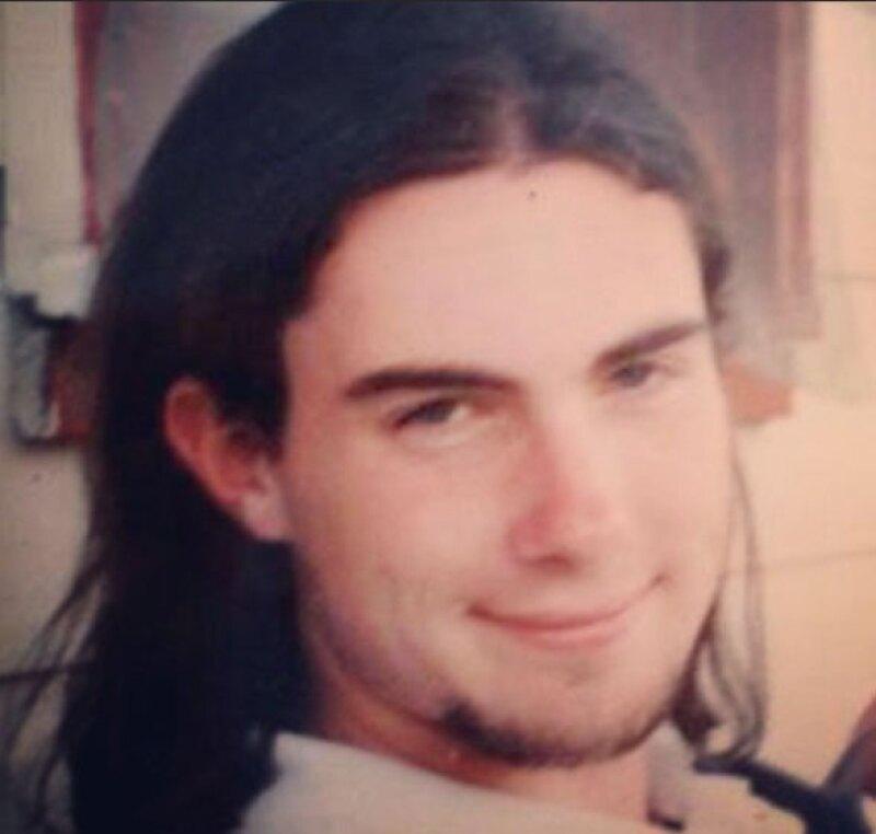 El cantante llevaba el pelo largo y barba de chivo en los 90.