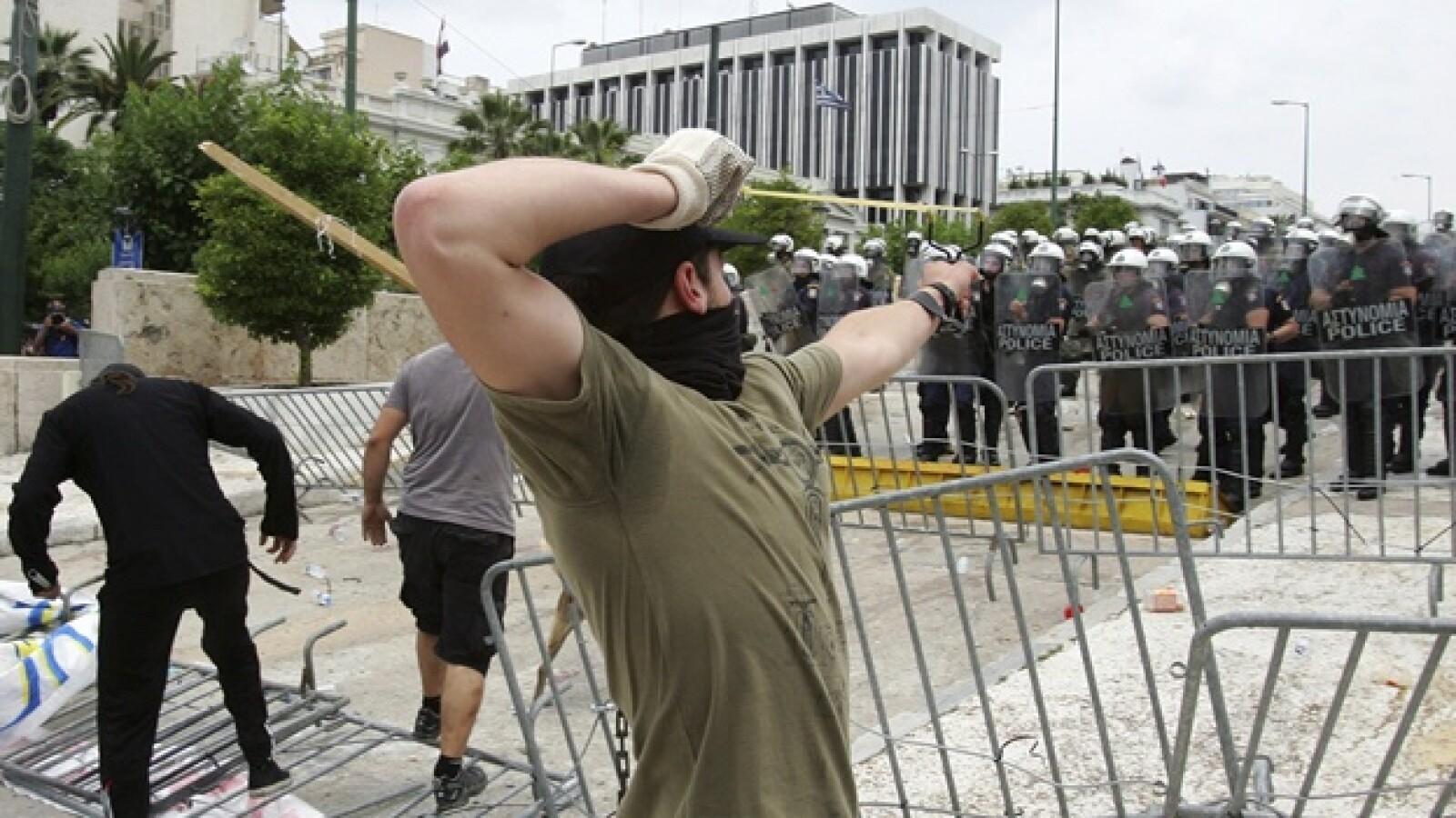 indignados se enfrentan con policias en grecia