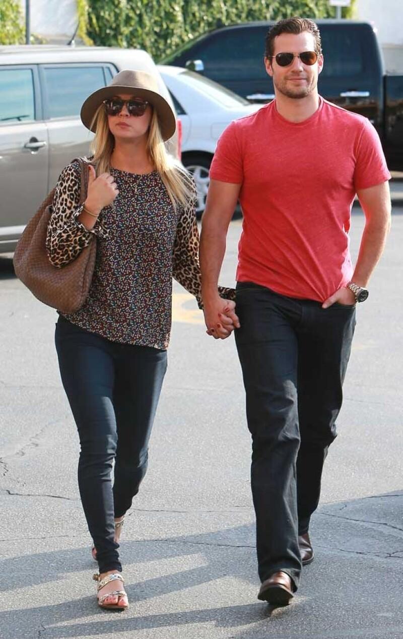 Esta semana amigos cercanos a los actores aseguraron que ambos comenzaban a salir en plan amoroso. Ayer fueron captados caminando en un supermercado y tomados de la mano.