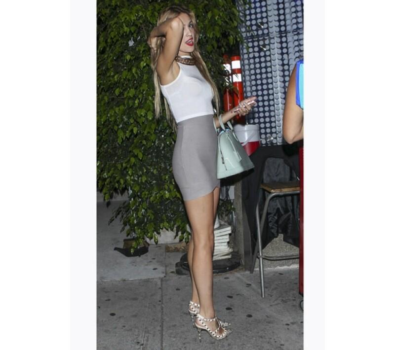 Eiza salió a cenar con una amiga en algún exclusivo restaurante de Beverly Hills.