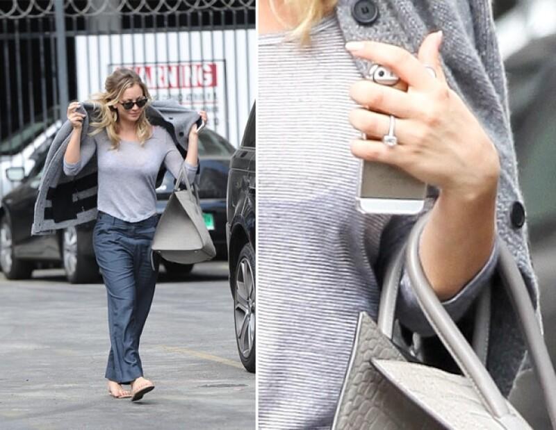 La actriz fue captada ayer en Los Ángeles donde vestía de forma casual pero sin duda su nuevo accesorio fue el que se llevó las miradas, aunque éste podría ser parte del personaje de una película.