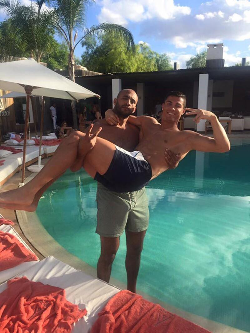 """En un tono divertido, el boxeador marroquí Badr Hari publicó una fotografía junto a la estrella del futbol en la que anotó """"Recién casados"""", la cual despertó controversia en redes sociales."""