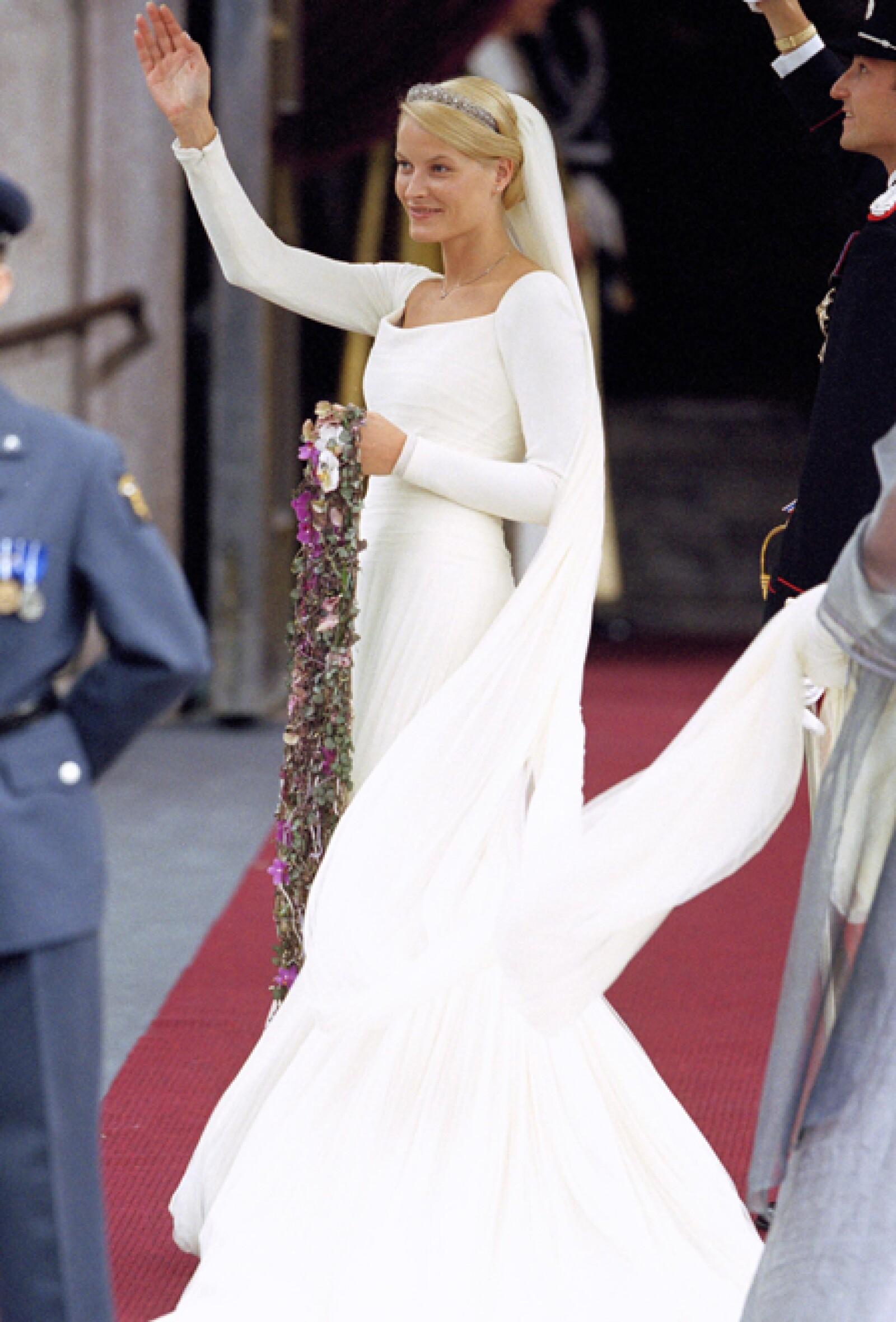 En su boda con Haakon, el 25 de agosto 2001, lució un vestido inspirado en el que usó la Reina Maud y  confeccionado por el modisto noruego Ove Harder Finseth.