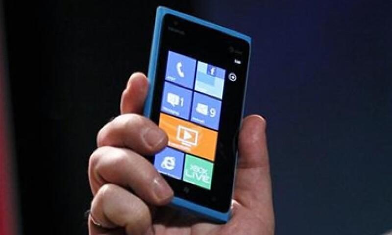 Nokia reporto fallas en su modelo Lumia 900, justo cuando intenta competir con ese teléfono contra Google y Apple. (Foto: Reuters)