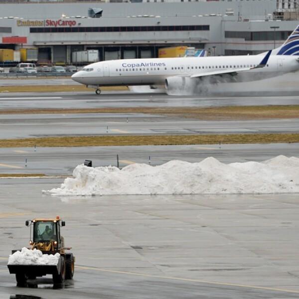 trabajadores quitan la nieve del aeropuerto kennedy
