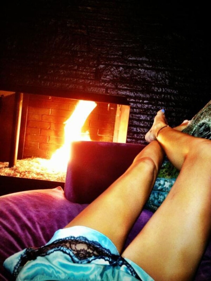 La artista estadounidense presumió sus bellas piernas en una fotografía que publicó en su cuenta personal de Twitter, en donde mostró que sin duda sabe que es una mujer muy sensual.