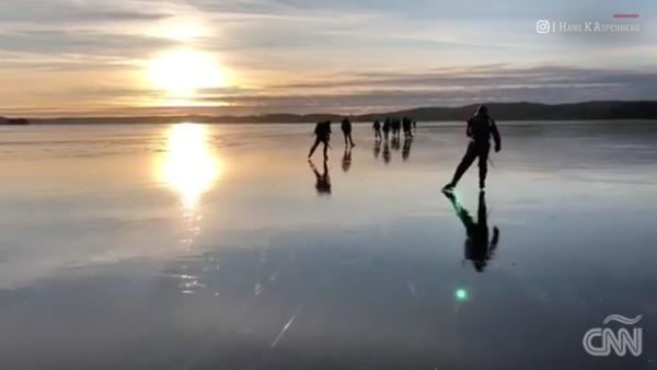 Un lago congelado 'canta' para estos patinadores