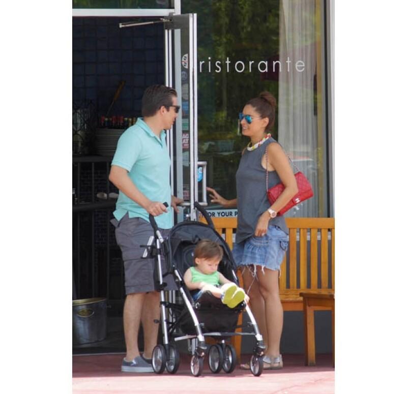 La conductora y su esposo Fernando Reina Iglesias decidieron compartir todo un día realizando actividades como nadar e ir al parque con su pequeño hijo de poco más de un año de edad.
