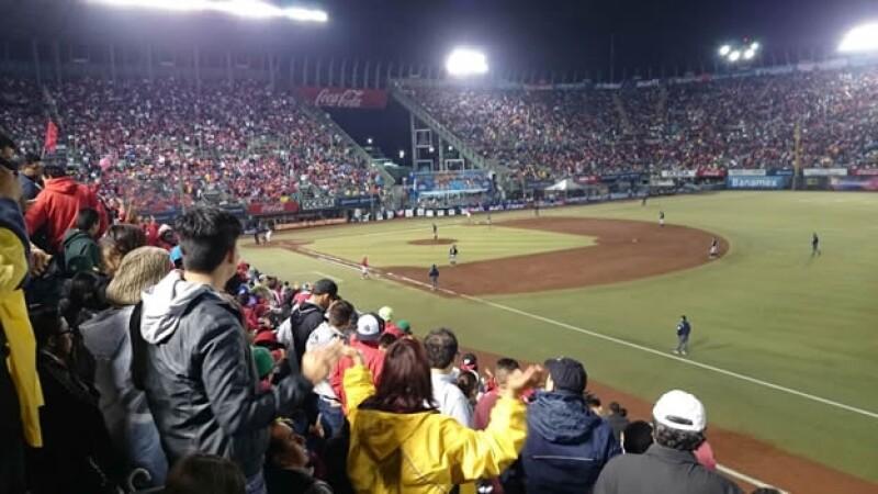 La afición de los Diablos Rojos de México acudieron al Foro Sol para ver a su equipo campeón