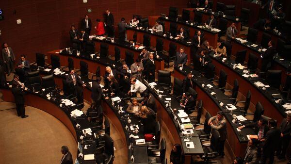 Los senadores aprobaron que los créditos del Infonavit que se encuentren firmados en veces de salario mínimo, no pierdan sus condiciones.