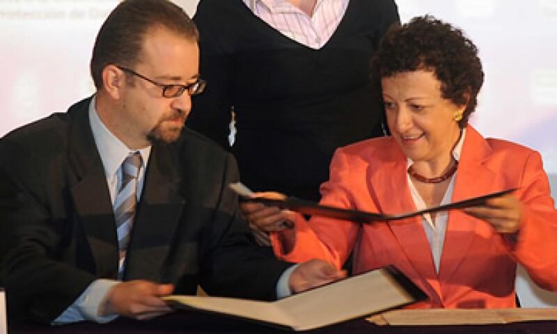 Mony de Swaan, comisionado presidente de la Cofetel, y Jaqueline Peschard, comisionada presidenta del IFAI, en la firma del convenio entre ambos organismos. (Foto: Notimex)