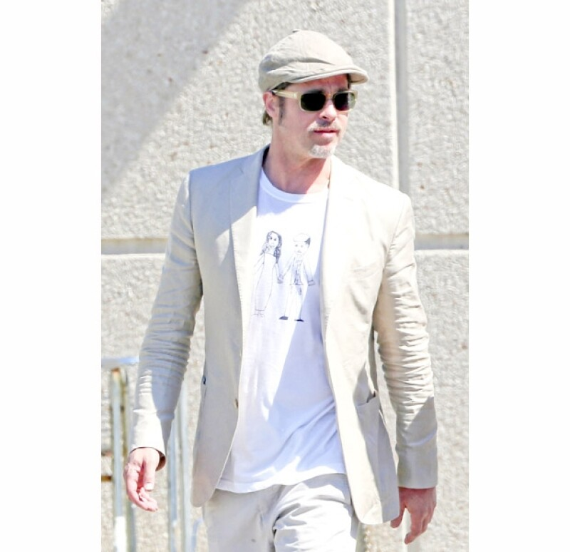 El look jetsetero de Brad consistía en un traje beige, la camiseta, así como un par de tenis blancos y una boina. Luciendo con orgullo el dibujo de su hija en su ropa.