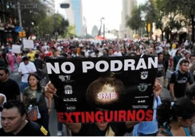 Los electricistas protestan por la extinción de Luz y Fuerza del Centro por decreto presidencial hace un mes. (Foto: AP)