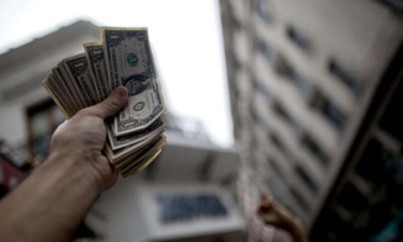 Aún está por verse si con menores tasas de interés los bancos accedan a dar más préstamos.  (Foto: AP)