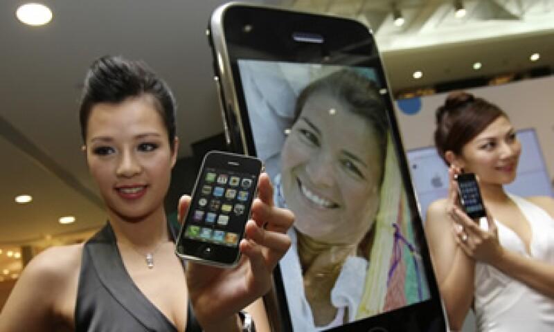Apple vendió 5,000 mdd en el primer semestre del año fiscal 2011, y espera incrementar ventas si se alía con China Mobile. (Foto: AP)
