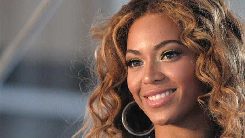 Tiene el segundo puesto con  87 millones de dólares. La cantante prepara su próxima producción discográfica en un estudio de Los Angeles.