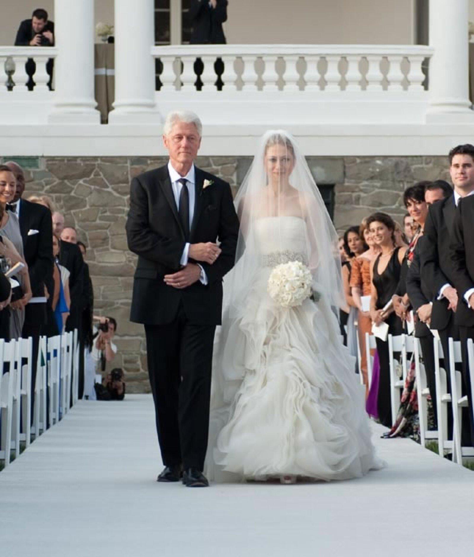 Chelsea Clinton: Con una falda con flores simuladas, y un increíble cinturón en pedrería, Chelsea dio el: Sí, acepto.