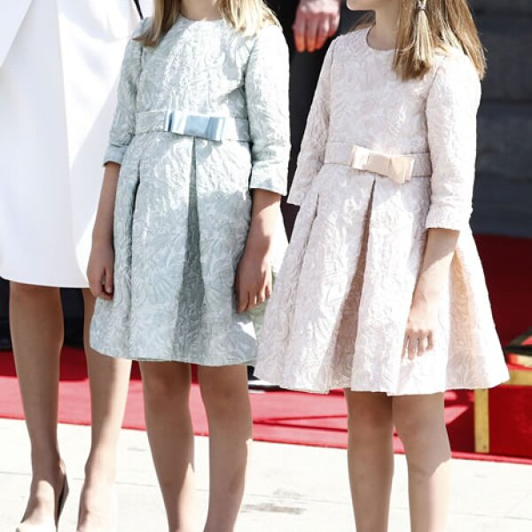 Lo más tierno del día, la princesa Leonor y la infanta Sofía, vestidas a juego en creaciones de las diseñadoras asturianas Nieves García y Teresa Fernández y ballerinas de la marca alicantina Eli.