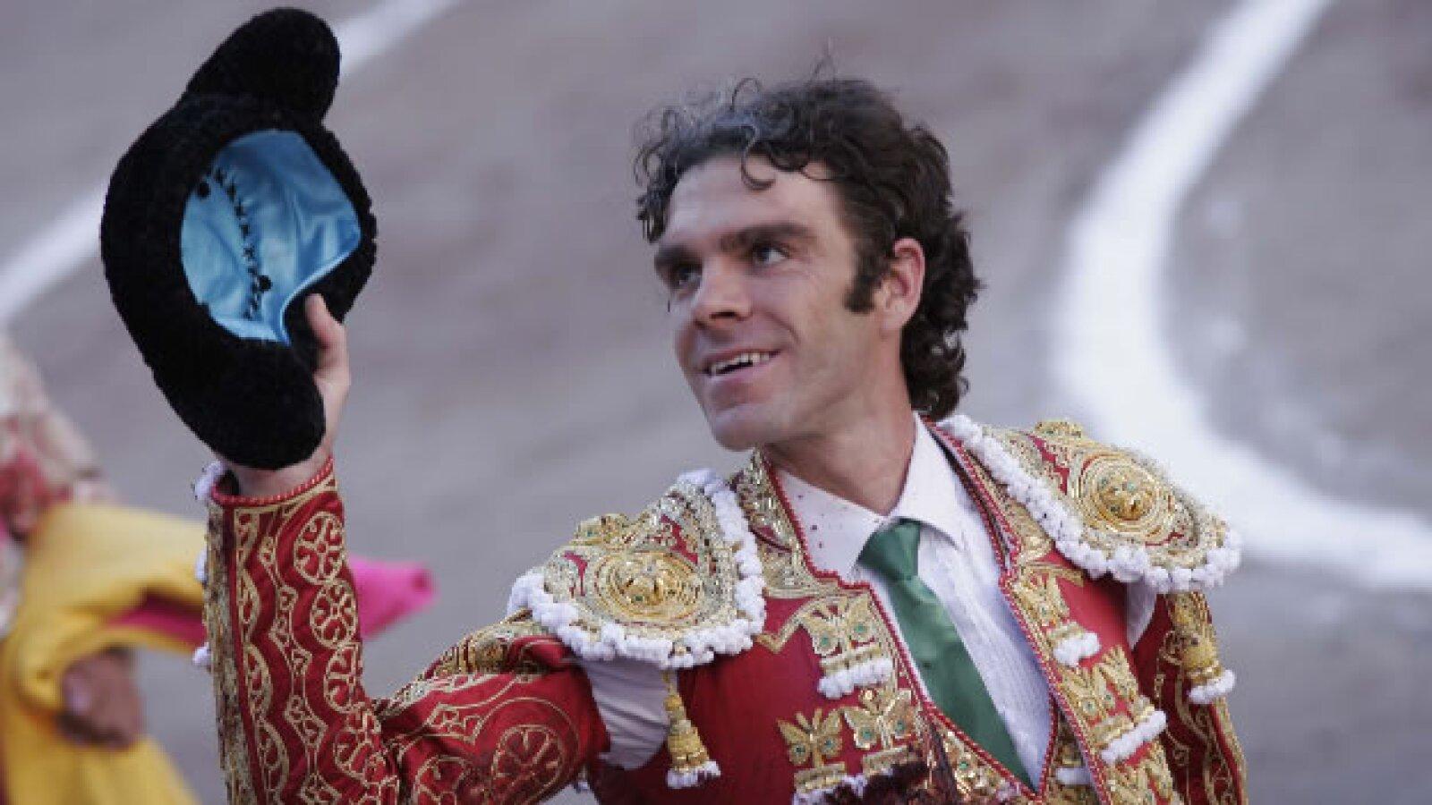 José Tomás agradece a la asistencia durante la lidia de su primer toro de la tarde