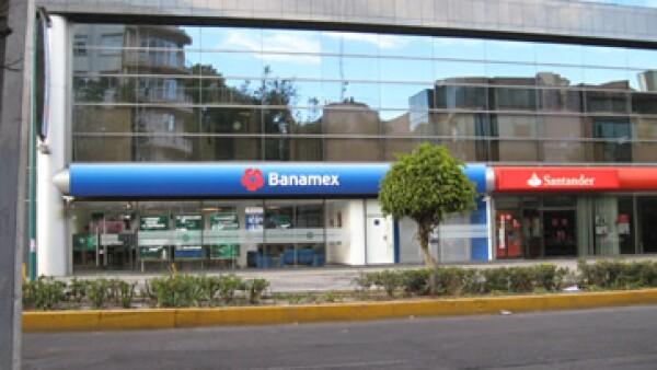 La agencia dijo que BBVA Bancomer, Banamex y Santander no serían indemnes ante una crisis de deuda gubernamental.  (Foto: CNNExpansión)