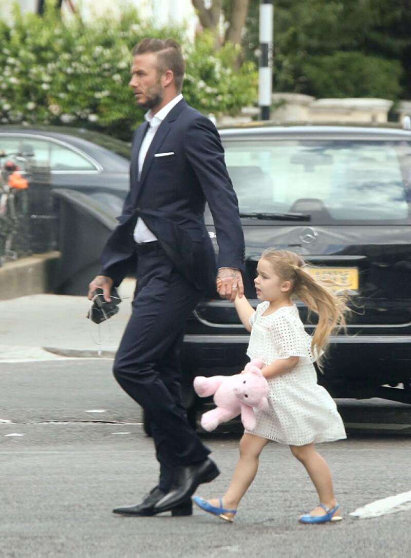 El ex futbolista y su hija fueron captados derrochando estilo cuando llegaban al colegio en Londres.