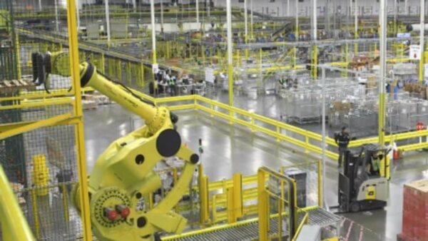 La firma de comercio electrónico mostró las instalaciones de uno de sus ocho centros Fufillmente en Tracy California operados principalmente por robots