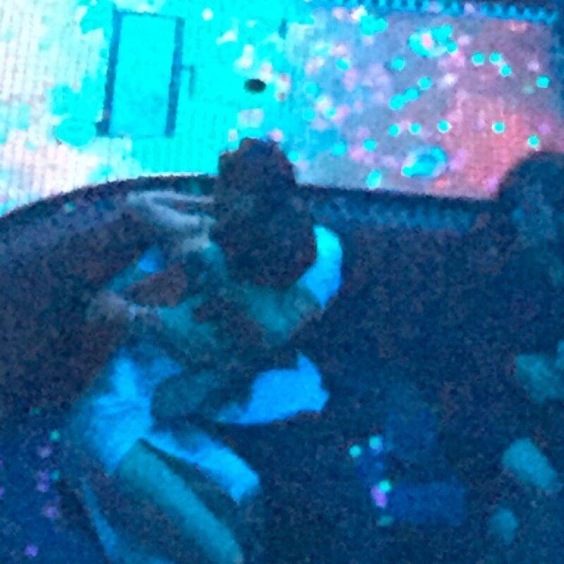 En un nightclub de Las Vegas, Orlando y Selena fueron captados por los paparazzi súper en un apasionado beso.
