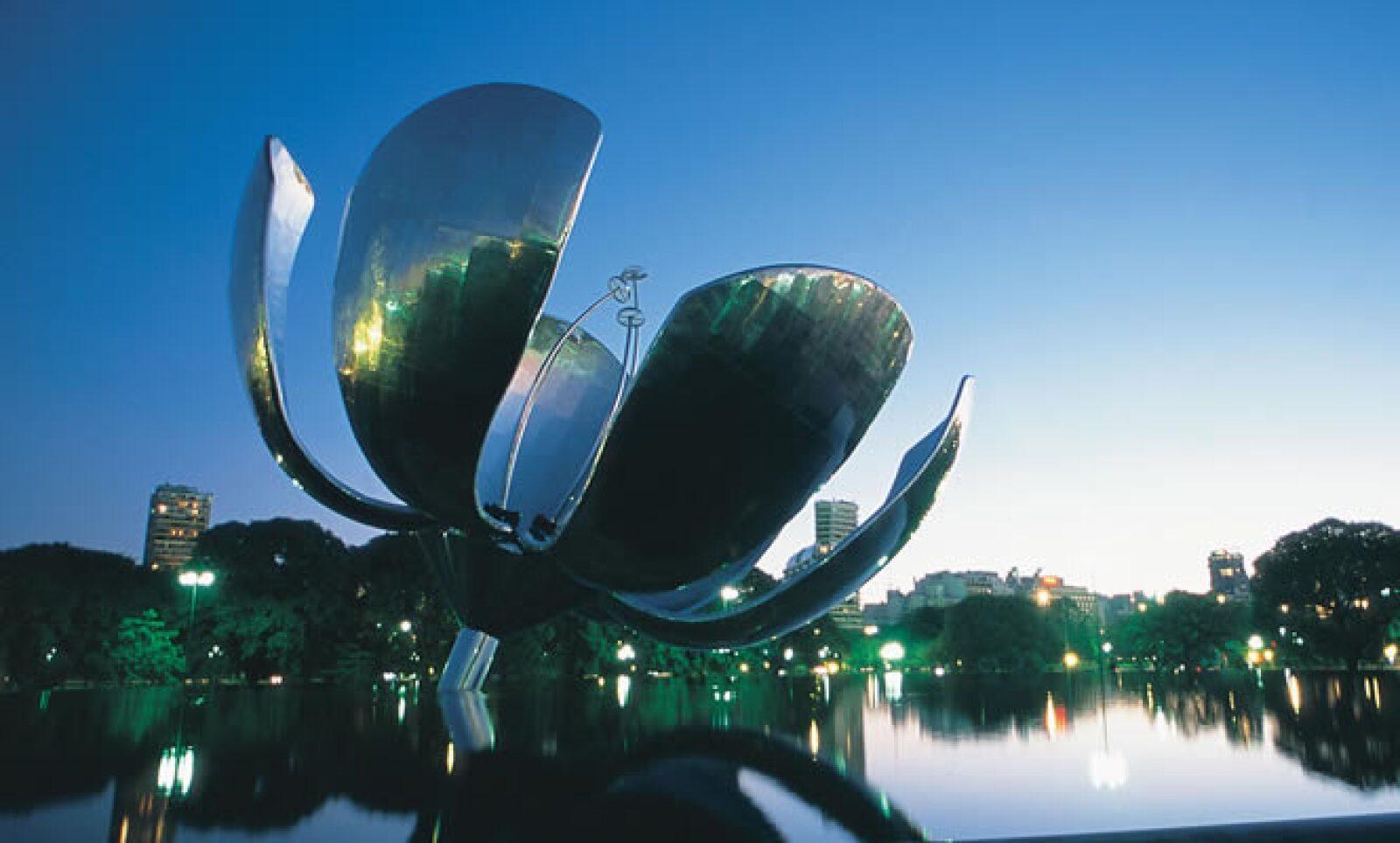 El arte vibra y se siente en esta ciudad. Como una prueba, esta pieza escultórica del arquitecto Eduardo Catalano. Ubicada en la Plaza de las Naciones Unidas, sus pétalos se mantienen abiertos sólo durante cuatro noches: 25 de mayo, 21 de septiembre, 24 y