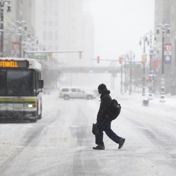 un peaton cruza la calle en detroit