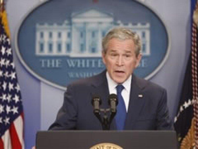 George W. Bush dijo que le ofreció a Obama pedir más recursos al Congreso para el rescate financiero. (Foto: AP)