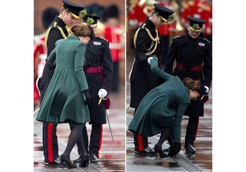 Kate se sostuvo del brazo de su esposo para resolver el problema.
