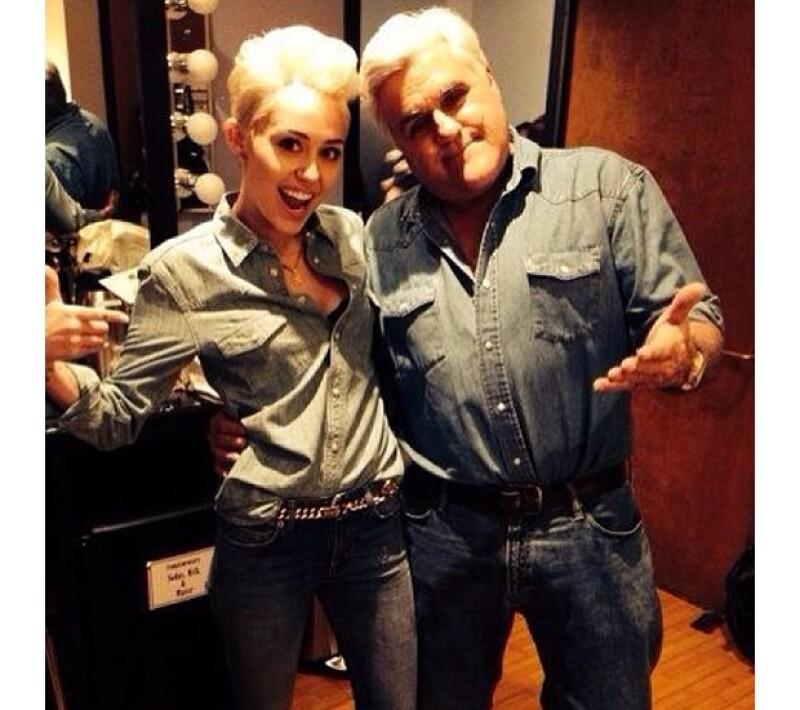 Miley publicó esta imagen en su Instagram previo al programa, en la que ella y el conductor presumían sus outfits de mezclilla.