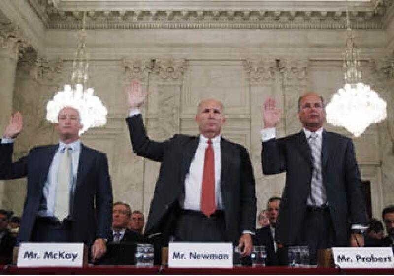Lamar McKay, CEO de BP America, Steven Newman, CEO de Transocean y Tim Probert, directive de Halliburton, juramentaron ante el Senado de EU. (Foto: Reuters)