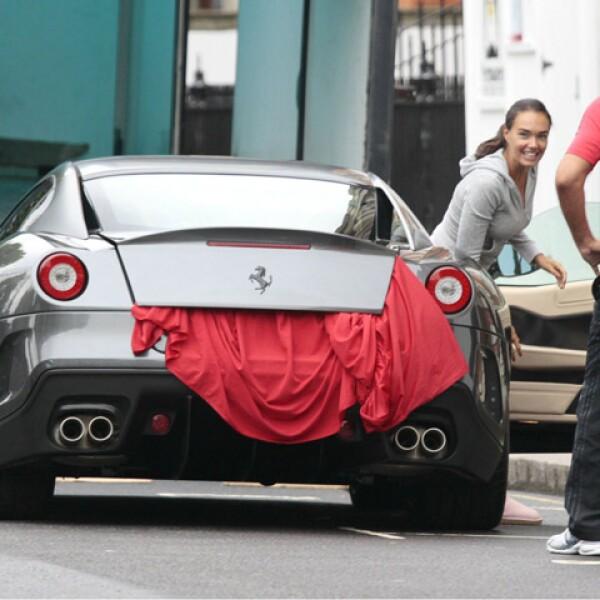 Parecía niña con juguete nuevo en las calles de Londres. Y es que un Ferrari no es cualquier auto...