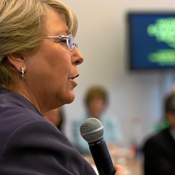 """Michelle Bachelet, ex presidenta de Chile, en la mesa """"Seis cambios globales, una solución: las mujeres""""."""