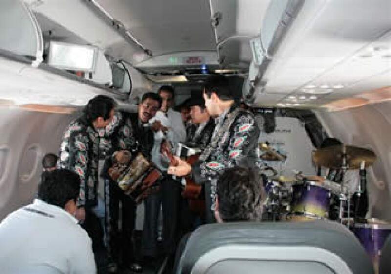 Los Tigres del Norte ofrecieron un conicerto en un avión de Volaris. (Foto: Especial)