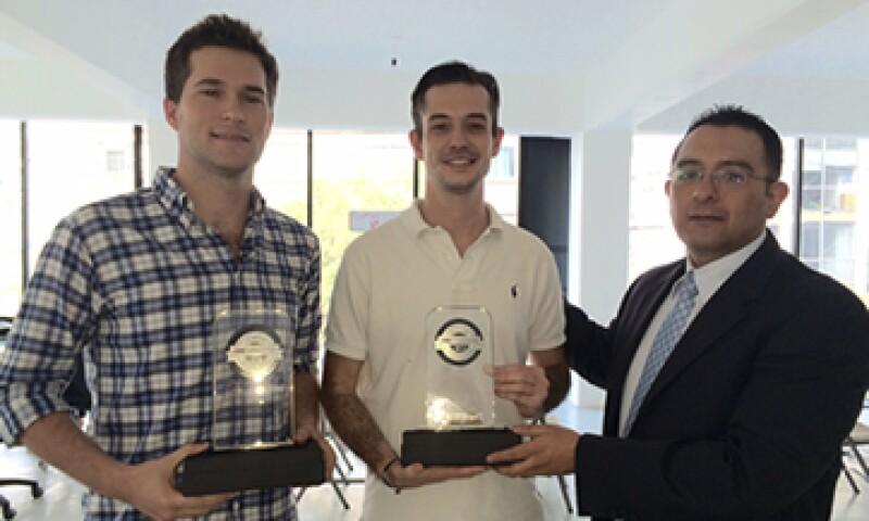 Pablo Pedrejón (izq.) y su socio reciben el máximo galardón que otorga CNNExpansión. (Foto: Héctor Cuevas)