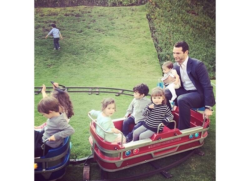 Jacky Bracamontes compartió en Instagram el divertido momento en que, sin pena alguna, su esposo se subió a un juego sólo para niños para hacer que su pequeña disfrutara de un paseo en tren.