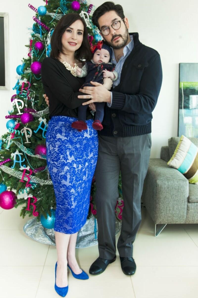 Hace poco más de dos meses llegó a la vida de esta pareja su primogénita, Regina, y sus papás están listos para celebrar su primera Navidad como una familia.