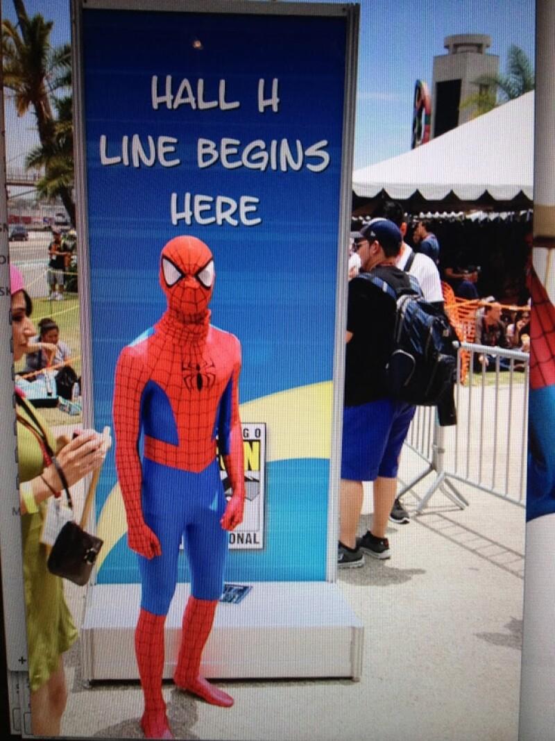 Así lució el actor el disfraz del famoso Hombre Araña, pasando desapercibido ante cientos de asistentes.