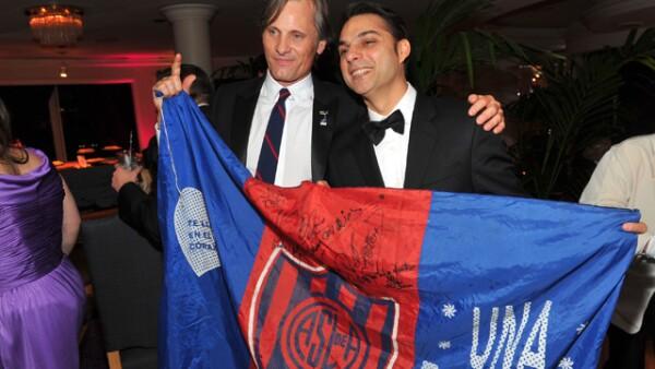 Tanto el actor Viggo Mortesen como el escritor Peyman Moadi disfrutaron de la fiesta que ofreció Sony Pictures. Ambos mostraron un bandera donde tiene escrito `Una pasióm´