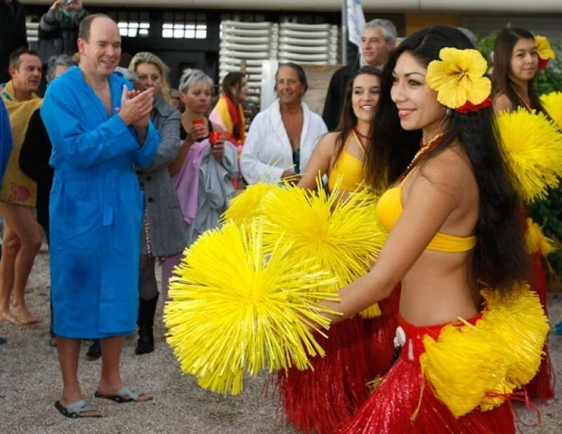 El Príncipe disfrutó de un baile hawaiano ofrecido por bellas mujeres.