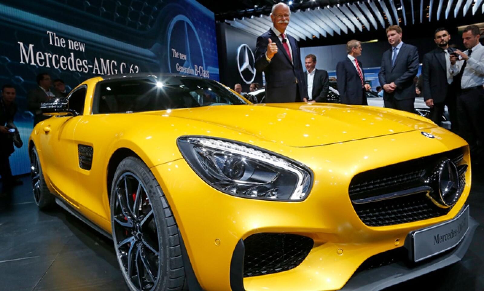 El presidente ejecutivo de Daimler AG y jefe de Mercedes Benz, Dieter Zetsche, presume el nuevo modelo AMG GT