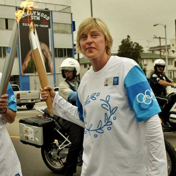 Ellen DeGeneres corrió con la llama olímpica en California para las olimpiadas de Atenas 2004.