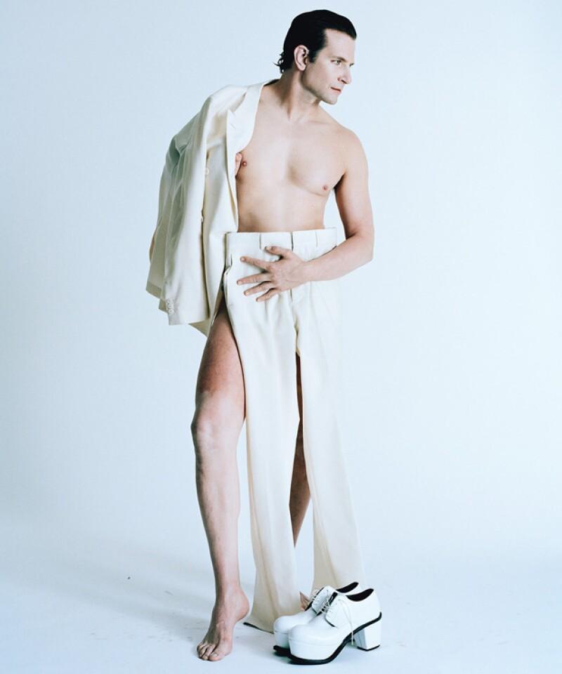 El actor se quitó la ropa para la revista &#39W&#39 en una estilizada sesión de fotos en la que evoca un desnudo griego y a la vez un look de otra época, cubriendo sus partes con sofisticadas prendas.