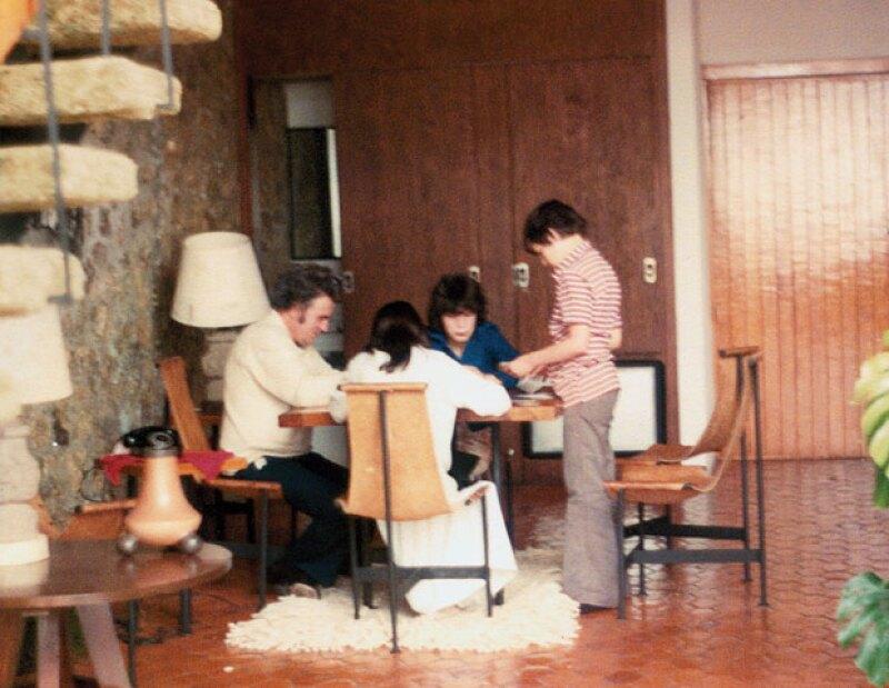 HAGAN SUS APUESTAS. Scherer con sus hijos Julio, Gabriela y Regina jugando cartas durante unas vacaciones en 1978.