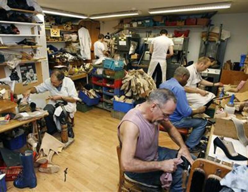 Detrás de la boutique está el taller con 10 artesanos encargados de fabricar los zapatos.