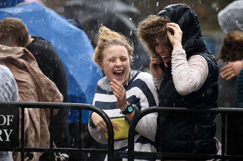 Ni la lluvia detuvo a quienes fueron a verlo.
