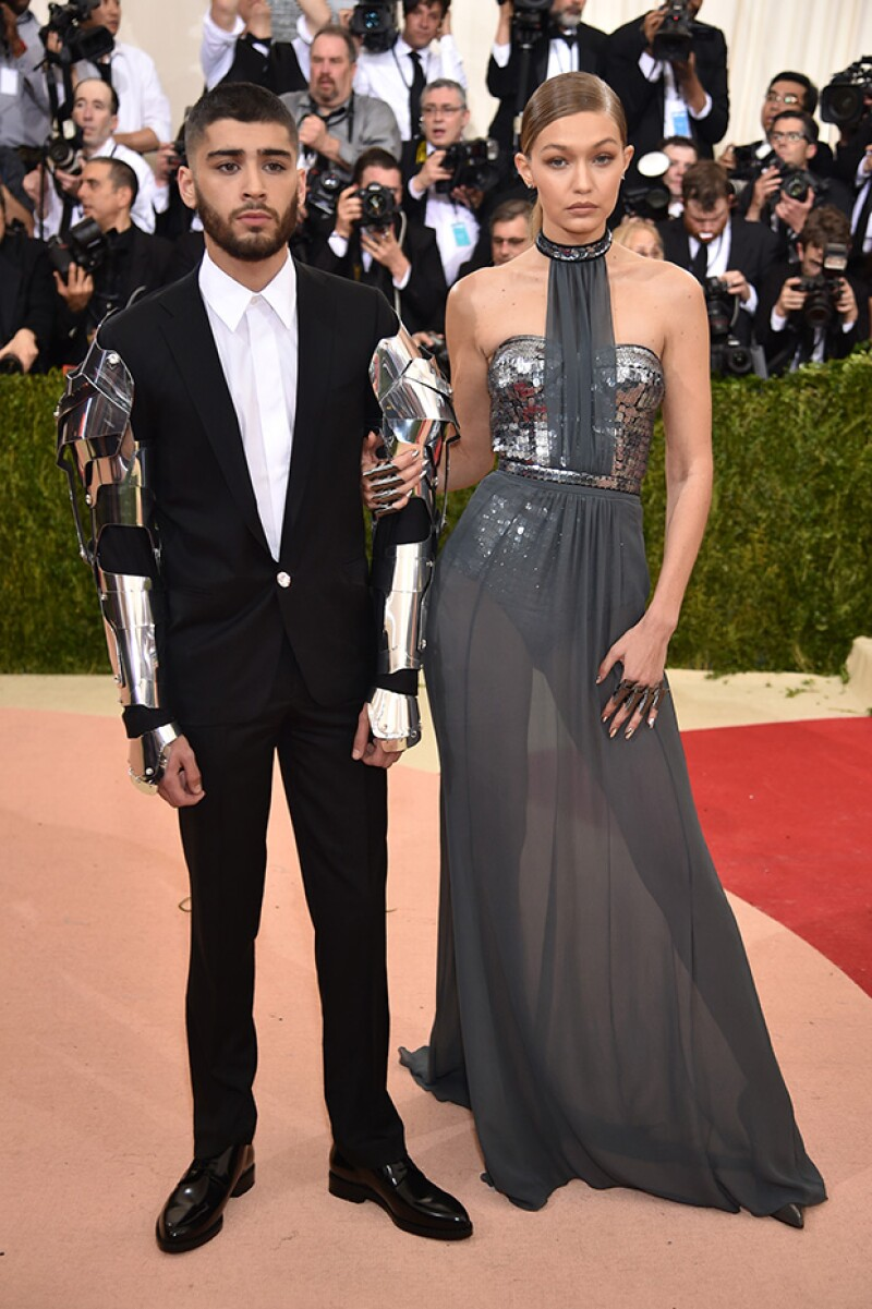 Zayn Malik y Gigi Hadid deburaton como pareja en red carpet.