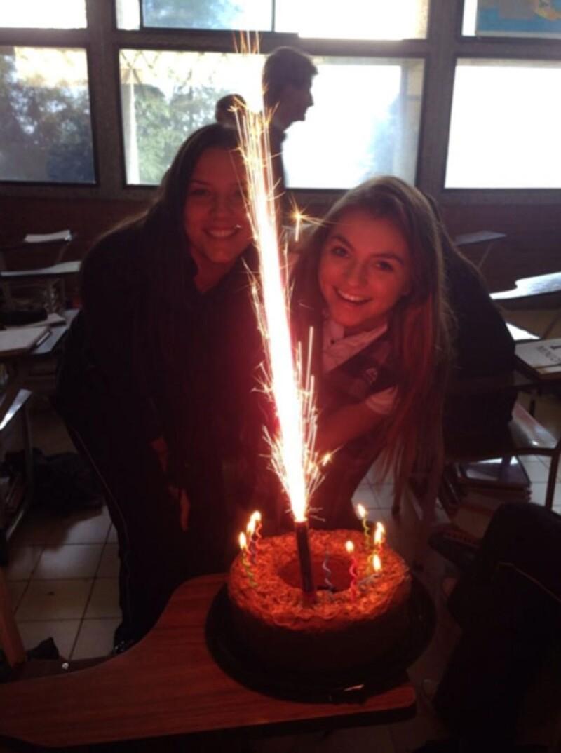 Sofía comenzó su celebración de cumpleaños en la escuela soplando las velitas de este pastel.
